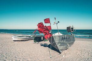 Vissersboten op het strand van de Oostzee in het Oostzee-resort Baabe op het eiland Rügen van Mirko Boy