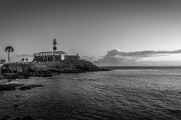 Schwarzweiss-Bild von Barra Lighthouse während des Anfangs der Dämmerung in der Stadt von Salvador B von Castro Sanderson