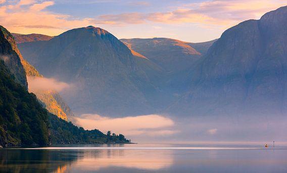 Zonsopkomst in het  Aurlandsfjord, Noorwegen