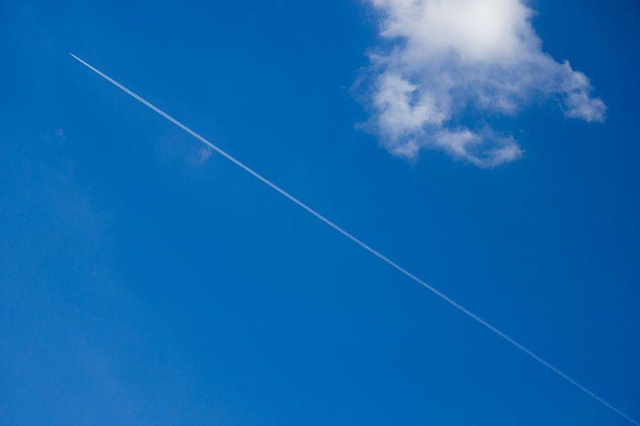 Vliegtuig streep in blauwe wolkenlucht