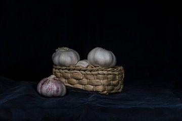 Knoblauchzwiebeln in einem Korb von René Ouderling