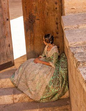 Danseres in historische Spaanse kledij in Valencia van Arthur Scheltes