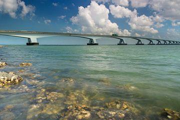 Zeelandbrug met helder water en een blauwe lucht van Marcel Klootwijk
