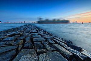 golfbreker langs de Nieuwe Waterweg bij Hoek van Holland