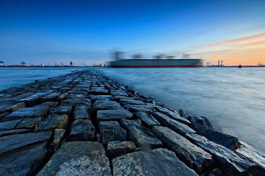golfbreker langs de Nieuwe Waterweg bij Hoek van Holland van gaps photography