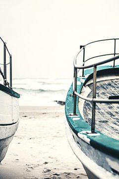 De vieux bateaux de pêche se trouvent sur la plage sur Florian Kunde