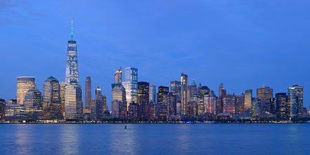 Lower Manhattan Skyline in New York in de avond, panorama