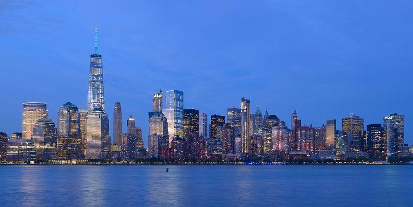 Lower Manhattan Skyline in New York in de avond, panorama van Merijn van der Vliet