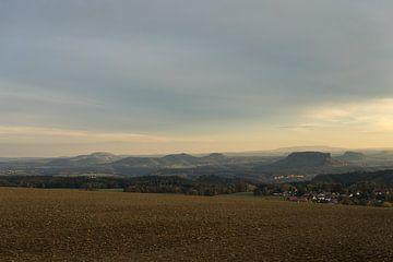 Warmgrauer Himmel über dem Elbsandsteingebirge