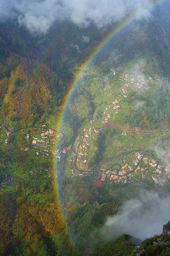 Regenboog in de bergen van