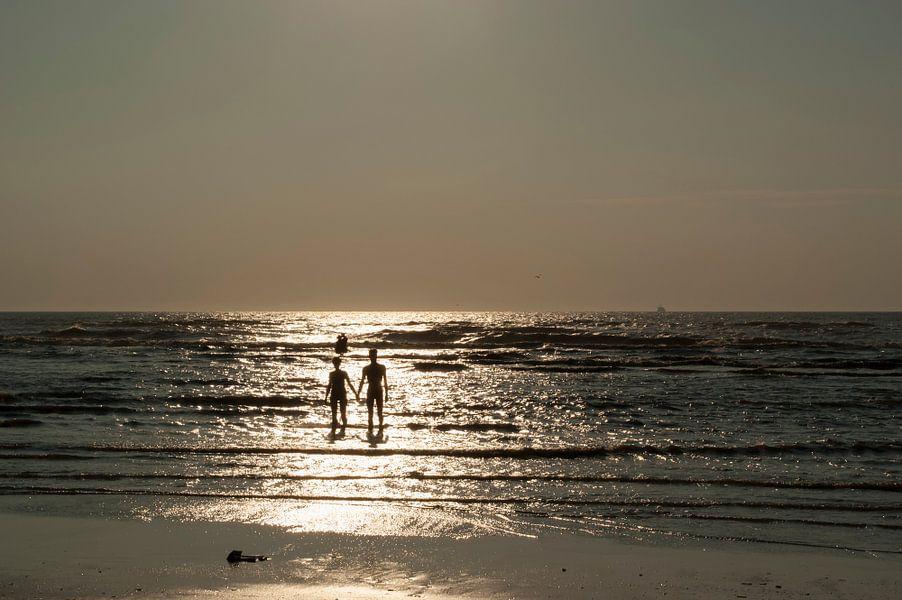 Zomerliefdes aan het strand in Katwijk. van Birgitte Bergman