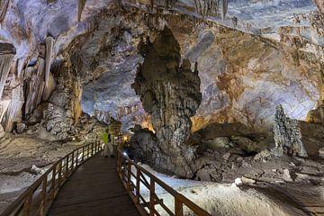 Stalagmiet in de grot van het paradijs - Phong-Nha, Vietnam van Thijs van den Broek