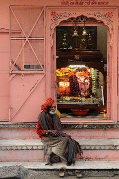 Man bij Hindu tempel in India van