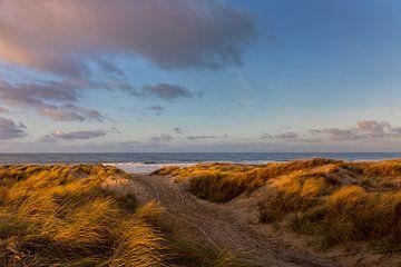 Winterlicht en wolken in de duinen en boven zee van Bram van Broekhoven