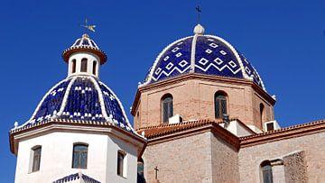 Blaue Kuppeldächer der Kirche in Altea, Spanien von Gert Bunt