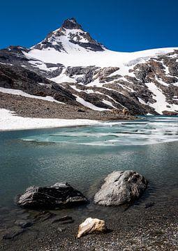 Het prachtige azuur blauwe Lago Goletta in Italie van Marjolein Fortuin