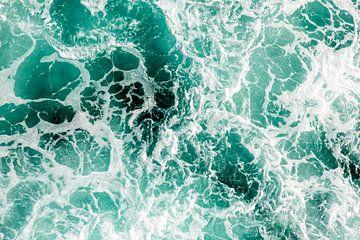 Schuimende golven met witte schuimkoppen in turkoois abstract van Dieter Walther