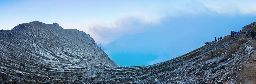 Rokende krater van de Ijenvulkaan van Juriaan Wossink