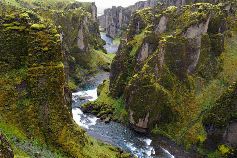 Fjaðrárgljúfur; de Grand Canyon van IJsland van Wilco Berga