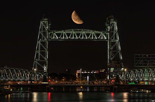 Spoorbrug De Hef in Rotterdam met de halve maan