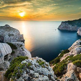 Zonsondergang in de baai bij Alghero - Sardinië van Damien Franscoise