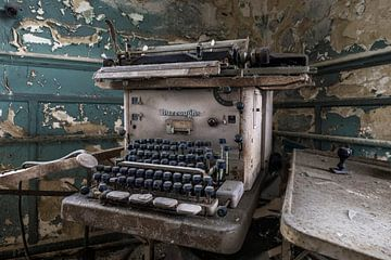 Typmachine in verlaten kantoorpand von Kristel van de Laar
