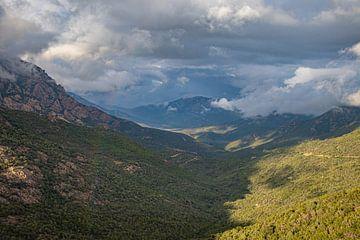 Uitzicht op de streek Balagne op Corsica van Martijn Joosse