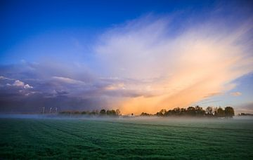 Stormwolken boven mistig weiland van Koen Boelrijk Photography