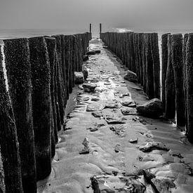 Wellenbrecher am strand in Zeeland von Wout Kok