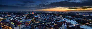 Lübeck - 17. Dezember 2019: Nachtaufnahme-Luftpanorama der beleuchteten Stadt Lübeck im Winter mit D von Maren Winter
