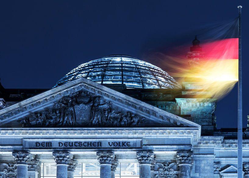 Le bâtiment du Reichstag à Berlin avec le drapeau allemand sur Frank Herrmann