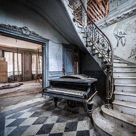Piano bij trap van Inge van den Brande
