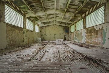 Sportschool in een verlaten militair kamp van Kristof Ven