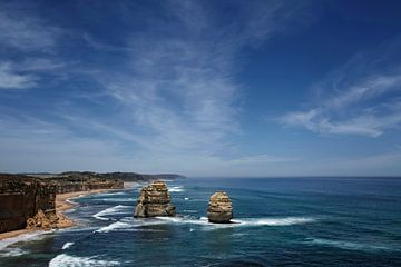 Zwölf Apostel mit blauem Himmel auf der großen Meeresstraße in Victoria Australien von Tjeerd Kruse
