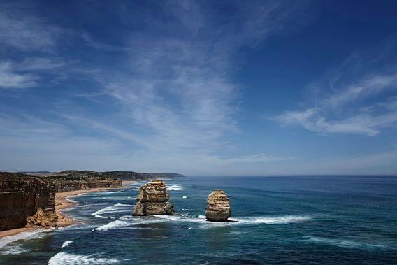 Twaalf apostelen met blauwe hemel op de grote oceaanweg in Victoria Australië