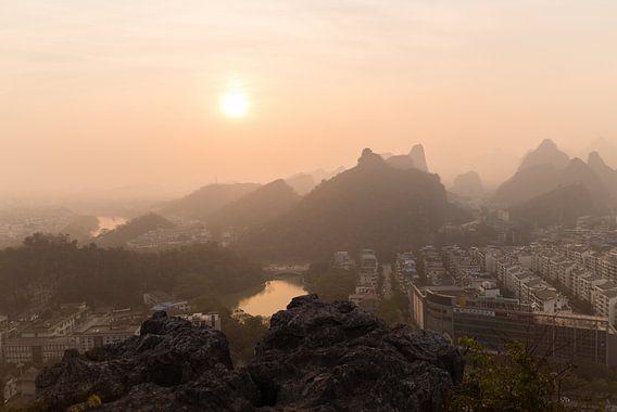 Coucher de Soleil dans un Smog Couvert Guilin, en Chine.