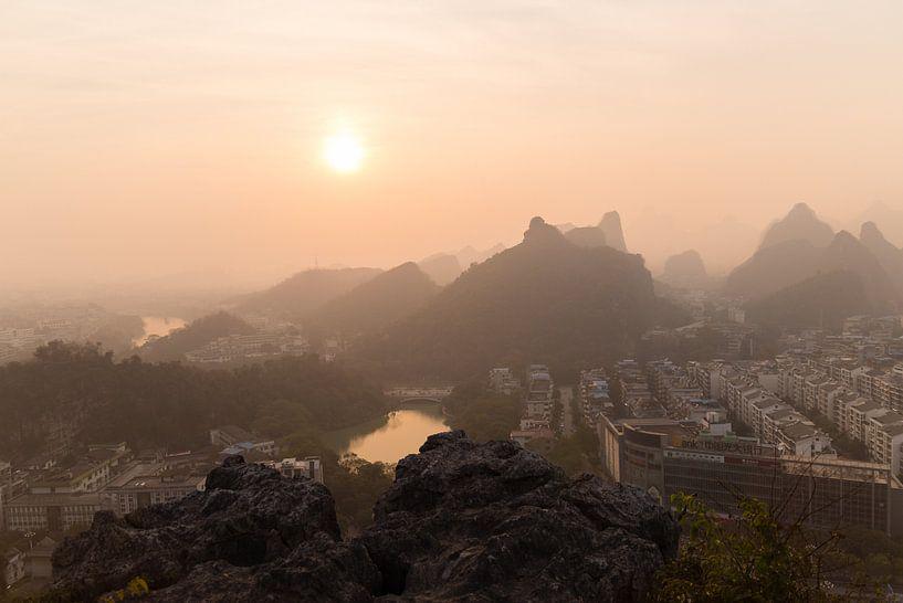 Zonsondergang in Smog Bedekt Guilin, China.  van Thijs van den Broek