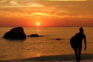 Zonsondergang aan zee met surfer van Ines Porada
