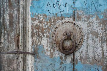 Deurklopper op een houten blauwe deur | Iran van Photolovers reisfotografie