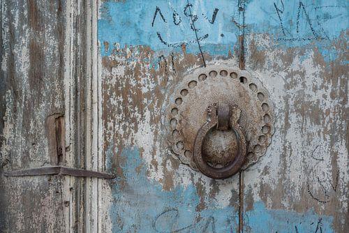 Deurklopper op een houten blauwe deur | Iran