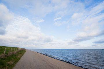 Dijk met zee aan de waddenkant op Texel van Simone Janssen