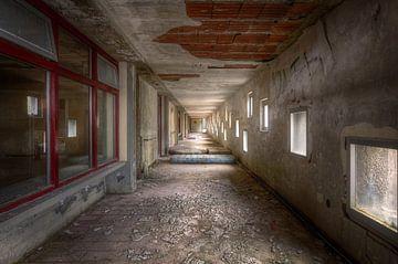 Flur mit Matratzen in verlassenem Krankenhaus von