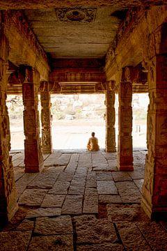 Monnik in tempel - India reisfotografie print van Freya Broos