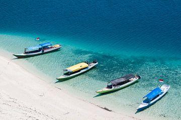 Vier Boote im blauen Wasser von
