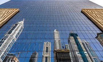 Dubai, gespiegelte hohe Gebäude von Inge van den Brande