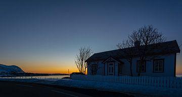 Nordisches Haus am Strand auf den Lofoten in Norwegen im Sonnenuntergang von Maik Richter