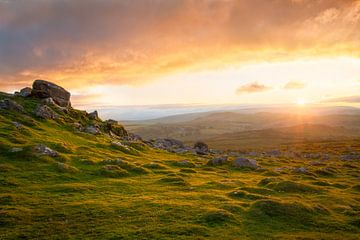 Sonnenuntergang über der englischen Landschaft Dartmoor von Dennis Mulder