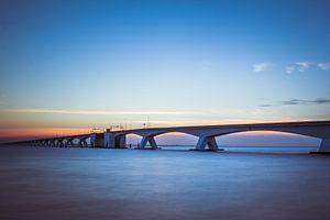 Zeelandbrug Nederland zonsondergang. van