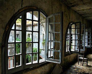 Kreuzgang in einem verlassenen Kloster von Heleen Sloots