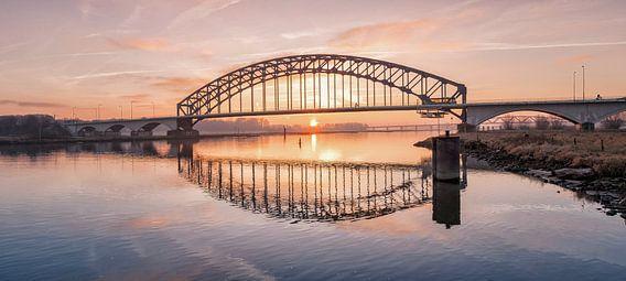 Oude IJsselbrug met zonopkomst van Erwin Zeemering